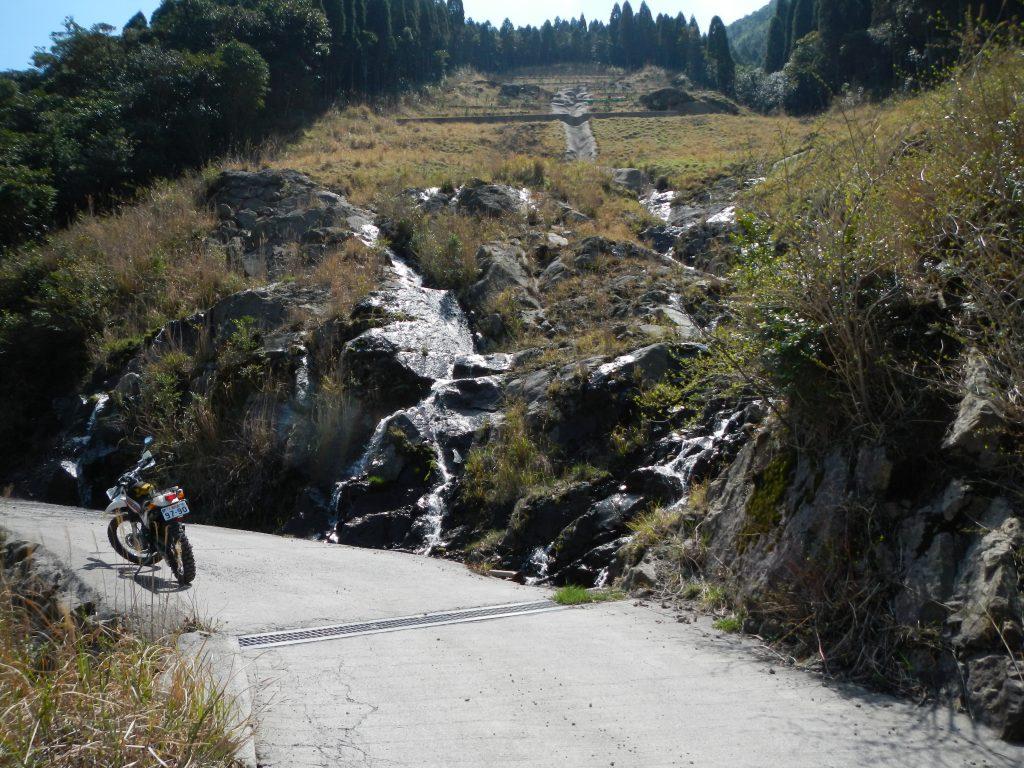 岩を流れる湧水